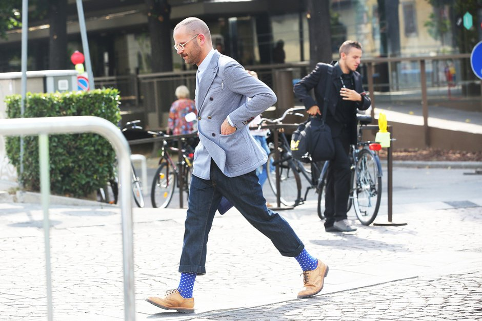 kısa paça pantolonu nefis bir çorapla kombinleyen erkek